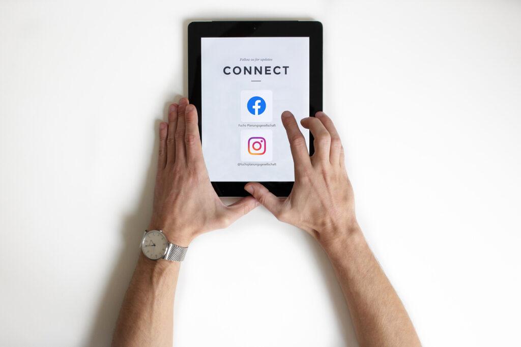 Ansicht der Benutzeroberfläche eines Tablets mit unseren Social Media Accounts
