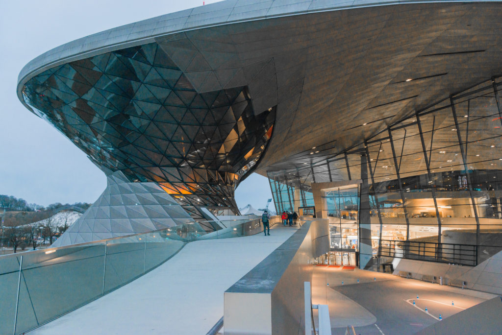 Barrierefreiheit - barrierefreier Zugang zum Gebäude der BMW-Welt
